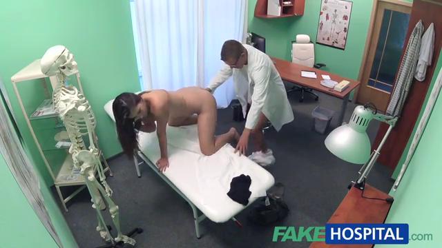 Врач трахнул пациентку